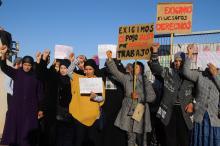 Arbeiterinnen protestieren vor dem Eingangstor des Unternehmens