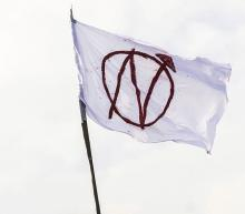 Hausbesetzerzeichen auf Fahne