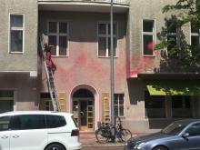 Farbe an der Fassade der Jungen Freiheit