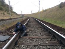 Aktivisti an Schiene angekettet