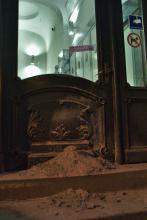 Aschehaufen im Eingang der Polizei Flensburg