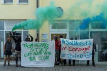 protestaktion für hausbesetzer*innen und gegen repression am italienischen konsulat in freiburg