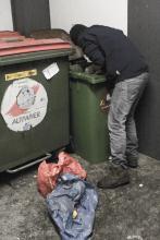 Bild: Mensch sucht im Biomüll essbares