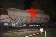 Kriegspropaganda sabotieren - Panzer mit Farbe markiert!