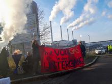 Feiernde Menschen vor dem neuen Gaskraftwerk